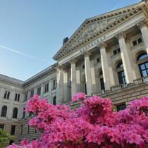 Fassade des Bundesrates mit blühenden Azaleen im Vordergrund