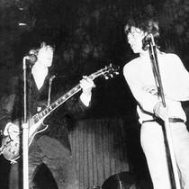"""Keith Richards (links) und Mick Jagger (rechts) von den """"Rolling Stones"""" auf der Bühne der City Hall in Brisbane, Australien, Januar 1965"""