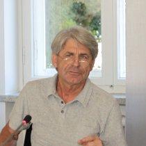 Die Portraitaufnahme zeigt Eckard Minx bei seinem Vortrag.