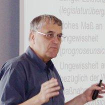 Die Portraitaufnahme zeigt Karlheinz Steinmüller bei seinem Vortrag.
