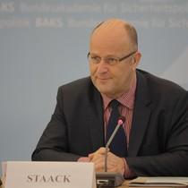 Professor Dr. Michael Staack von der Universität der Bundeswehr Hamburg in der Diskussion mit den Teilnehmern der Konferenz