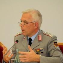 Oberst Olaf Rohde gestikulierend beim Vortrag in der BAKS
