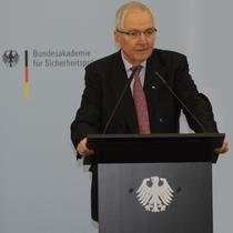 """Prof. Dr. Dr. Klaus Töpfer: \""""Fehlender oder begrenzter Zugang zu Ressourcen häufig Konfliktursache"""""""