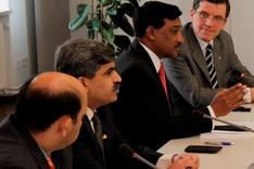 Vier Personen sitzen an einem Vortragstisch.