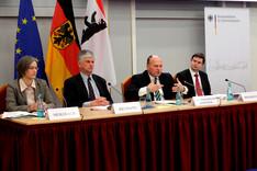 Staatssekretär Koschyk (mitte rechts) bei der Diskussionsrunde, die von Botschafter Hans-Dieter Heumann, Präsidenten der BAKS (mitte links) moderiert wurde.