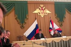 Herr Dmitrij Borissowitsch Oreschkin (2. von links), ehemaliges Mitglied des Rates zur Unterstützung der Institute der Zivilgesellschaft und der Menschenrechte beim Präsidenten der Russischen Föderation, spricht zur russischen Zivilgesellschaft.