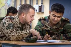 ATAC-Ausbildung - Besprechung zwischen Lehrgangsteilnehmer und den afghanischen Streitkräften