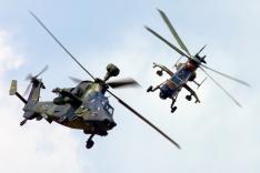 Zwei Kampfhubschrauber vom Typ Tiger fliegen nah beieinander; es handelt sich um einen Helikopter der französischen und der deutschen Streitkräfte.