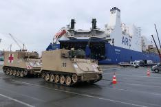 US-amerikanische Militärfahrzeuge fahren von einem zivilen Schiff in Bremerhaven an Land