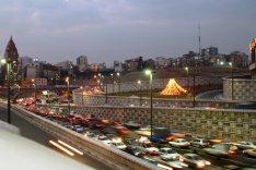 Das Foto zeigt eine vielbefahrene Autoverkehrsstraße in Teheran in der Dämmerung.