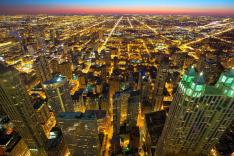 Blick über die Skyline einer Großstadt bis zum Horizont