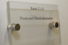 Türschild mit der Aufschrift Presse- und Öffentlichkeitsarbeit