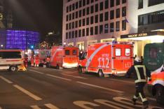 Der Anschlagsort auf dem Berliner Weihnachtsmarkt. Feuerwehr und Polizei im Einsatz