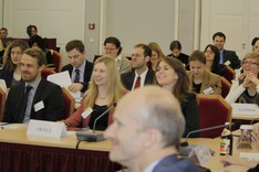 Teilnehmerinnen und Teilnehmer des Seminars sitzen im Plenum
