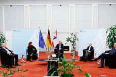 Auf dem Podium sitzen zwei Frauen und drei Männer und diskutieren über Sicherheitspolitik