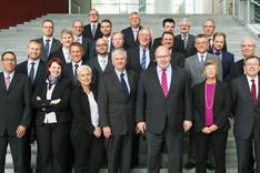 Gruppenbild des Seminars für Sicherheitspolitik 2015 mit Kanzleramtschef Bundesminister Peter Altmaier im Bundeskanzleramt