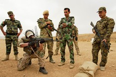A German soldier is training Kurdish soldiers in the use of a German assault rifle in Northern Iraq.