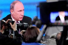 Fernseh- und Fotojournalisten auf einer Pressekonferenz des russischen Präsidenten Wladimir Putin; Putin im Hintergrund auf einer Großbildleinwand
