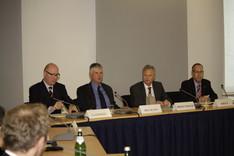 Der Präsident des Amtes für den Militärischen Abschirmdienst, Ulrich Birkenheier (2. von rechts), erläutert das Aufgabenspektrum seiner Behörde