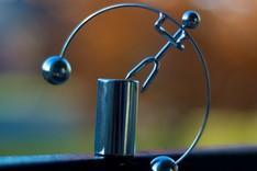 Eine Metallskultur beim Balanceakt