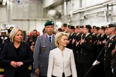 Bundesverteidigungsministerin Ursula von der Leyen schreitet gemeinsam mit ihrer niederländischen Amtskollegin Jeanine Hennis-Plasschaert auf einem Schiff eine Reihe von Marinesoldaten ab.