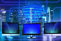 virtuelle Stadtansicht mit Computern und digitalen Symbolen