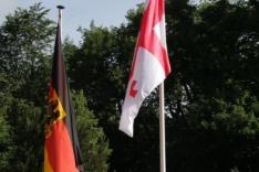 Das Foto zeigt die deutsche und georgische Flagge.