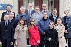 Eine Gruppe junger ukrainischer Führungskräfte steht mit dem BAKS-Präsident a.D. Dr. Hans-Dieter Heumann, dem BAKS-Vizepräsident Thomas Wrießnig und dem Chef des Stabes Oberst Klaus Hahndel vor dem Haus Berlin der BAKS.