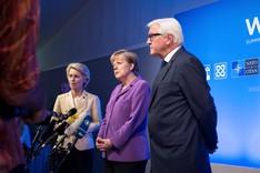 Bundeskanzlerin Angela Merkel mit Ursula von der Leyen, Bundesministerin der Verteidigung (l.) und Frank-Walter Steinmeier, Bundesminister des Auswärtigen, bei einem Pressestatement auf dem Nato-Gipfel 2014 in Wales.