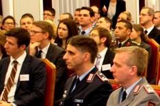 Teilnehmer der Attaché-Ausbildung, des nationalen General- und Admiralstabslehrgang sowie junge Referenten aus dem BMZ bei Diskussion im Historischen Saal der BAKS