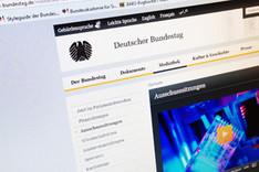Foto eines Monitors, auf dem die Website des Deutschen Bundestages zu sehen ist