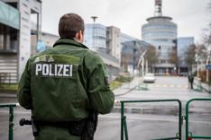 Ein Polizist steht hinter einer Absperrung vor dem Gebäude des SWR in Mainz, 20. Februar 2016