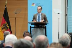 Außenminister Maas spricht vor einer Menschenmenge.