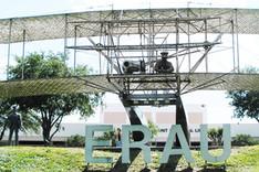 Denkmal des Doppeldeckers der Gebrüder Wright auf dem Campus der Embry-Riddle Aeronautical University in Daytona Beach, Florida