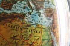 Ein Globus zeigt das Mittelmeer mit den europäischen und afrikanischen Anrainerstaaten.