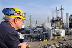 Panoramablick auf die Erdöl-Raffinerie Pernis bei Rotterdam.