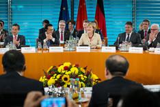 Bundeskanzlerin Angela Merkel und Li Keqiang, Ministerpräsident Chinas (l. daneben), während einer Plenarsitzung der Deutsch-Chinesischen Regierungskonsultationen im Internationalen Saal des Bundeskanzleramtes