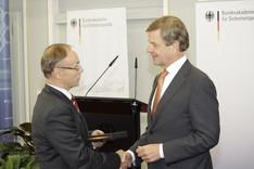 Generalleutnant a.D. Lahl verleiht den Kar-Carstens-Preis an Claus Kleber