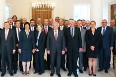 Gruppenbild von Bundespräsident Joachim Gauck und des Seminars für Sicherheitspolitik 2014