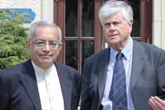 Botschafter Dr. Hans-Dieter Heumann, rechts im Bild, begrüßt Botschafter a.D. Dr. Bhaskar Balakrishnan, links.