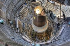 Eine Atomrakete steht in einem unterirdischen Abschusssilo.