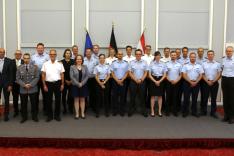 Eine Gruppe Menschen in Uniform steht in einem Raum.