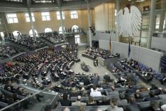 Das Foto zeigt von einer erhöhten Position aus den Plenarsaal des Deutschen Bundestages im Jahr 2011 mit vollbesetzten Abgeorndeten Reihen und Zuschauerängen.