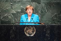 Bundeskanzlerin Angela Merkel am Rednerpult vor der UN-Vollversammlung am 25. September 2015