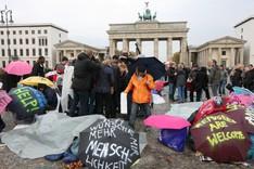 Hungerstreikende Flüchtlinge demonstrieren 2013 in Berlin vor dem Brandenburger Tor.