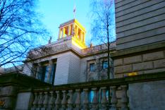 Das Foto zeigt den Haupteingangsbereich der Botschaft Russlands in Berlin von der Straße unter den Linden aus.