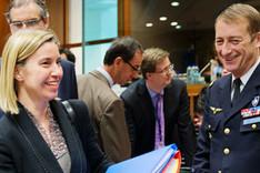 Federica Mogherini, Hohe Vertreterin der EU für Außen- und Sicherheitspolitik, und Patrick de Rousiers, Vorsitzender des EU-Militärausschusses