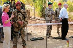 Verteidigungsministerin Ursula von der Leyen im Gespräch mit einem deutschen Soldaten des Einsatzkontingents Mali.