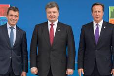 Gruppenbild mit von links nach rechts NATO-Generalsekretär Anders Fogh Rasmussen, dem ukrainischen Präsidenten Petro Poroschenko und dem britischen Premierminister David Cameron