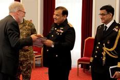 Der Vizepräsident der BAKS Thomas Wrießnig übergibt dem Kommodore der Pakistan Air Force Hamid Hussain ein Gastgeschenk.